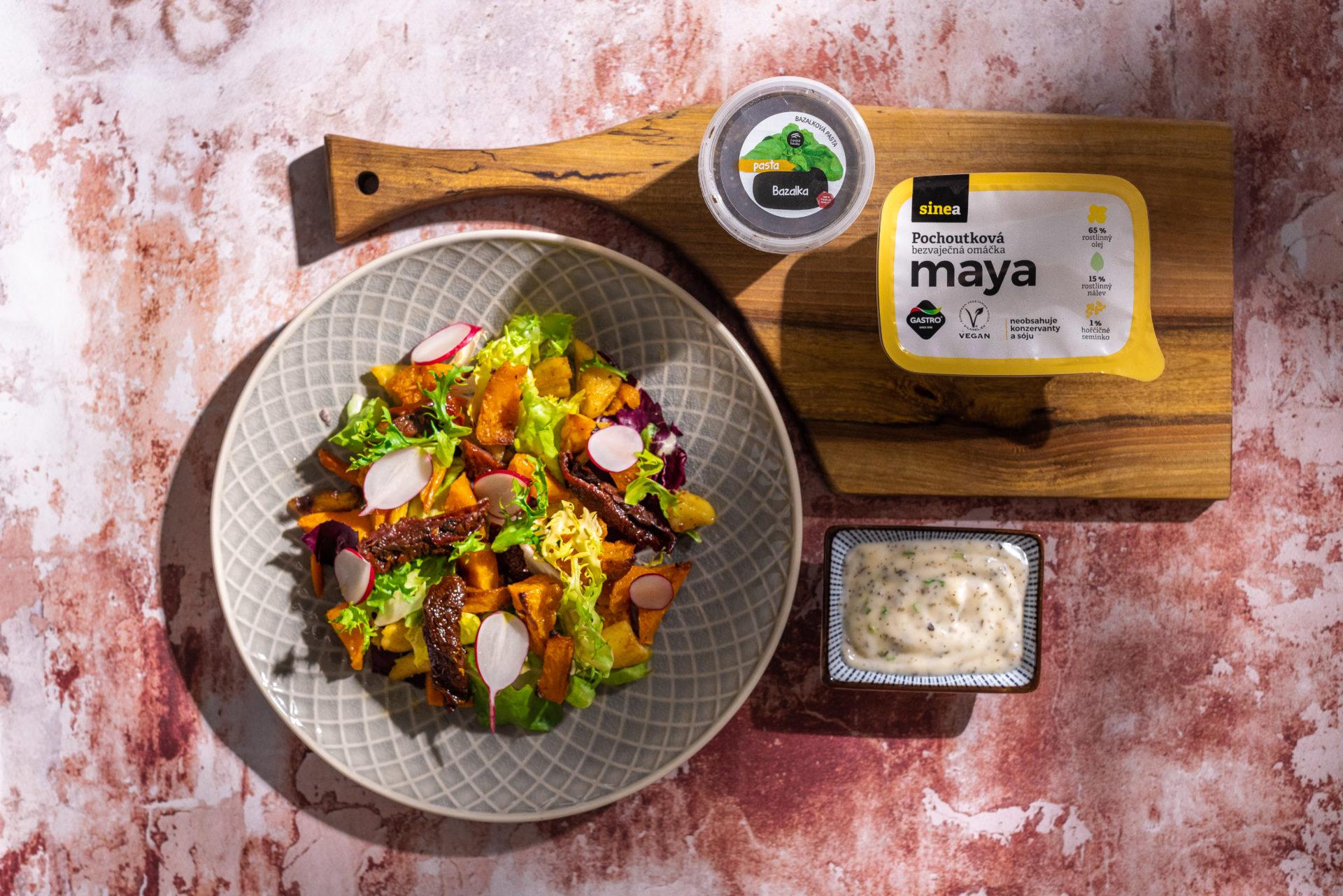 Obědový salát zpečené zeleniny sbazalkovou mayou