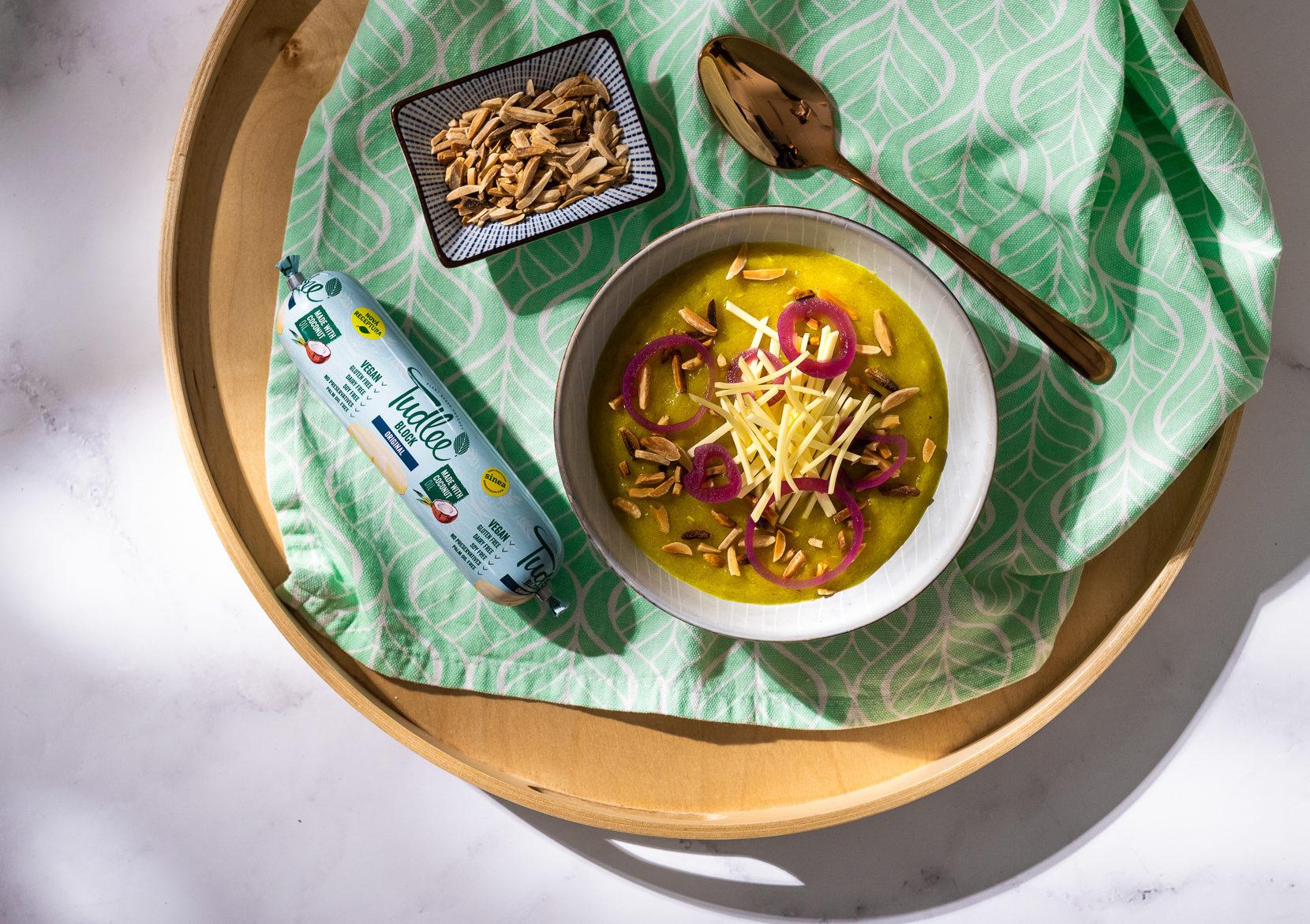 Cibulový krém sTudlee sýrem a praženými mandlemi