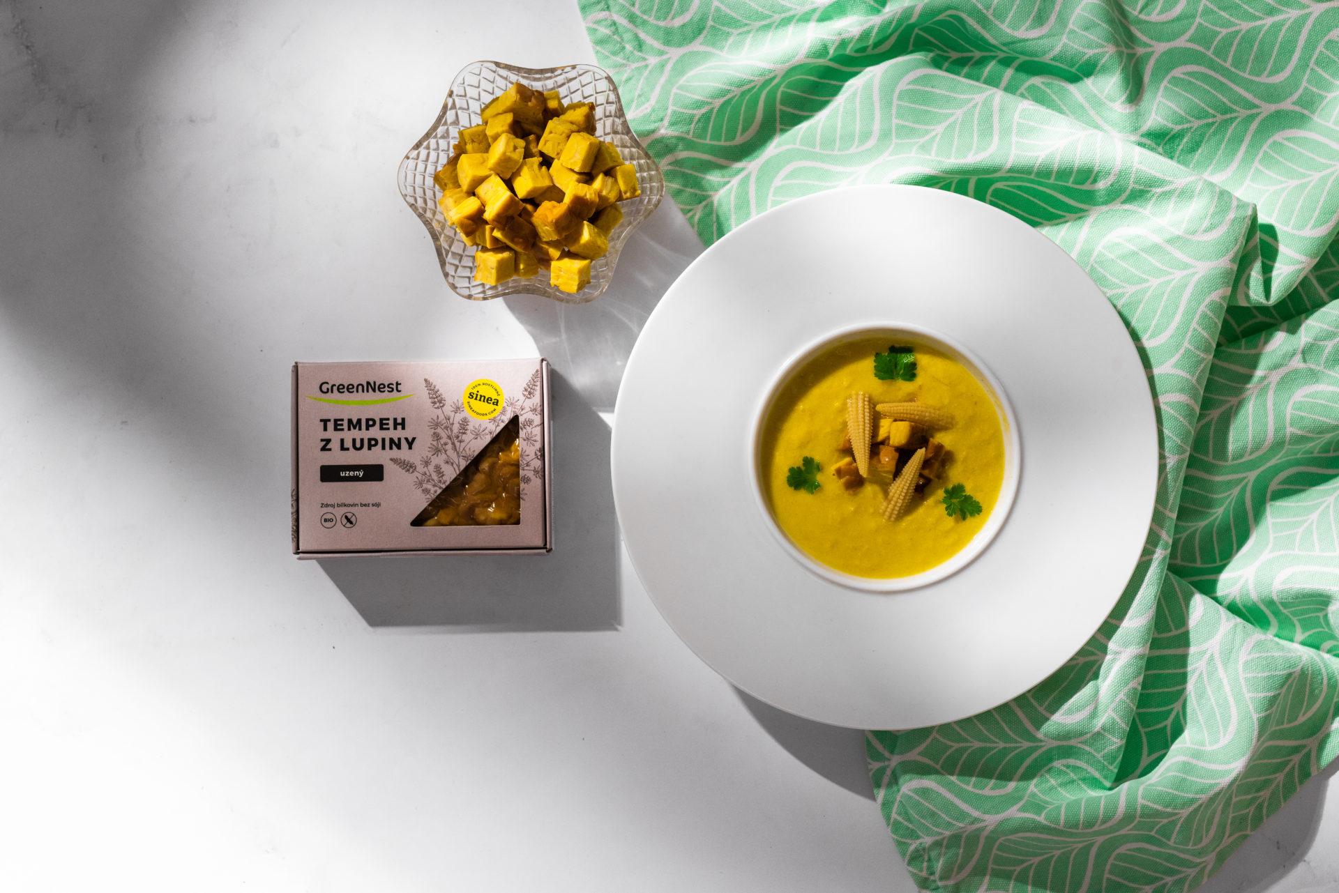 Kukuřičná polévka suzeným tempehem